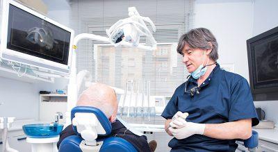 Dottore e paziente alla poltrona, Clinica Odontoiatrica Mancini
