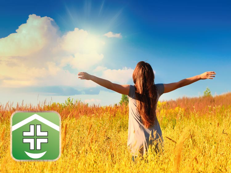 Donna in un campo di grano al sole