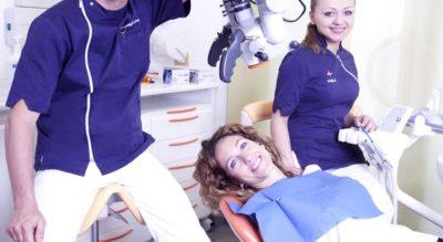 Dottore, assistente e paziente alla poltrona, Centro Odontoiatrico Dr. Frustagli