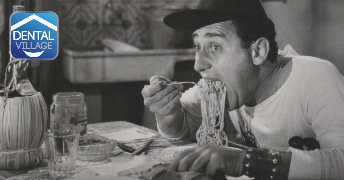 Persona che mangia spaghetti
