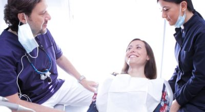 Dottore, assistente e paziente alla poltrona, Studio Dentistico Riva
