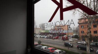 Foto del parcheggio attraverso una finestra, Centro Odontoiatrico Anzolamedika