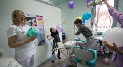 Bambini che giocano con palloncini, Studio Dentistico Galassini