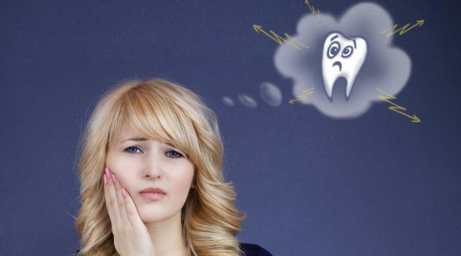 Persona con mal di denti causato dallo smog