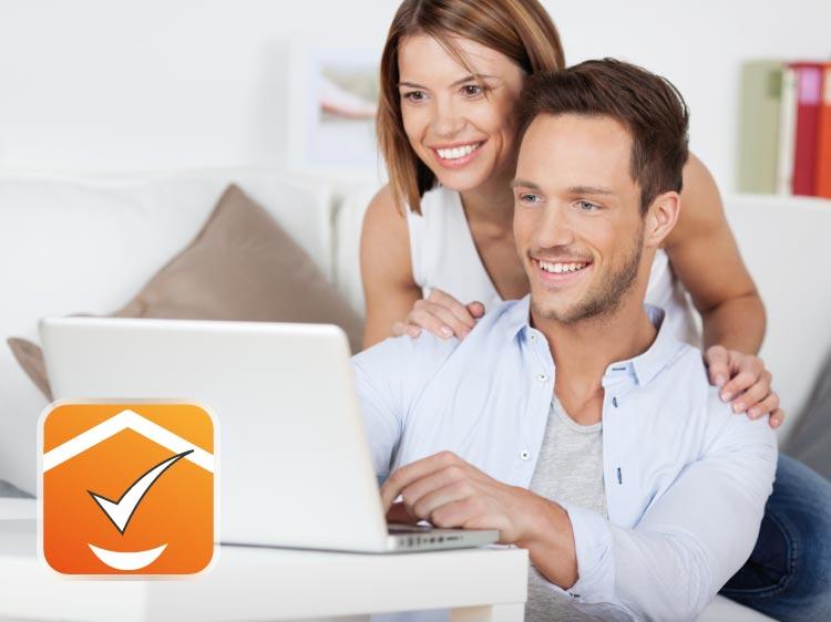Giovane coppia al computer