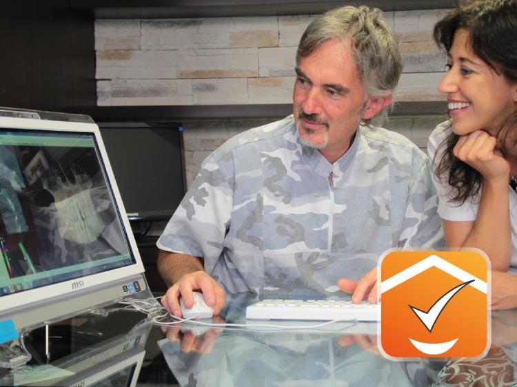 Dottore e paziente al computer